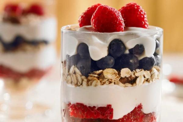 make ahead berry breakfast parfaits